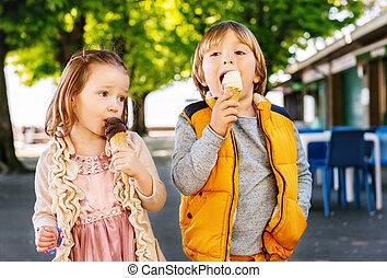 chłopiec, mały, jedzenie, dzieciaki, dwa, lód, dziewczyna, godny podziwu, outdoors., śmietanka