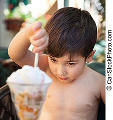 chłopiec, mały, jedzenie, lód krem