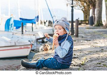 chłopiec, mały, jedzenie, lód, pogoda, outdoors, przeziębienie, godny podziwu, śmietanka