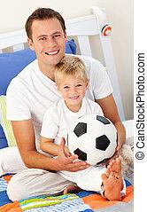 chłopiec, mały, jego, ojciec, piłka, piłka nożna, godny...