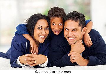chłopiec, mały, jego, tulenie, indianin, rodzice, łóżko