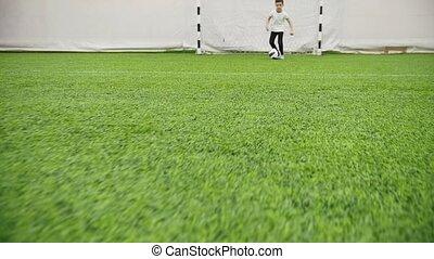 chłopiec, mały, piłka nożna, arena., domowy, doprowadzenia, ...