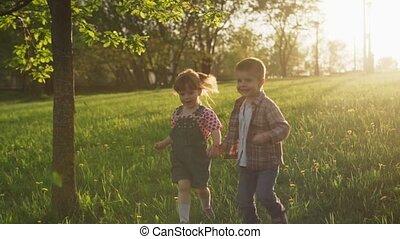 chłopiec, mały, wyścigi, zachód słońca, dzierżawa wręcza, dziewczyna, trawa, szczęśliwy