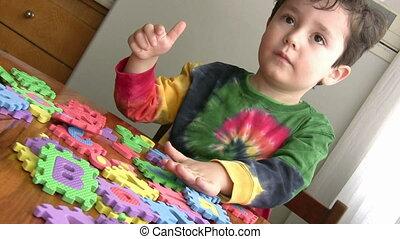 chłopiec, mały, zabawka, oświatowy, interpretacja