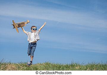 chłopiec, mały, zabawka, park, dzień, time., samolot, tektura, interpretacja