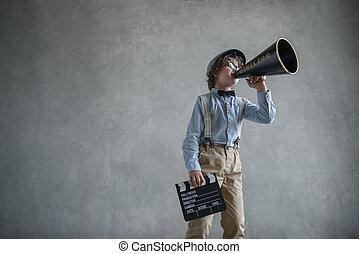 chłopiec, megafon