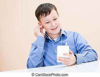 chłopiec, muzyka, słucha