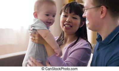 chłopiec niemowlęcia, szczęśliwa rodzina, dom