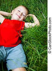 chłopiec, odprężając, świeży, trawa, radosny, szczęśliwy