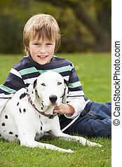 chłopiec, odprężając, pieszczoch, młody, pies, outdoors