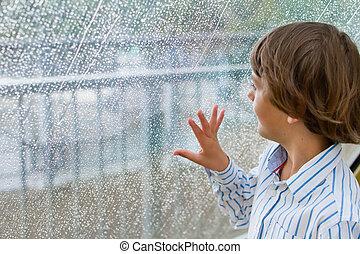 chłopiec, oglądając, zewnątrz, deszcz, okno, uśmiechanie się
