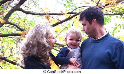 chłopiec, park., rodzice, patrzeć, twarze