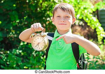 chłopiec, plecak, zegar