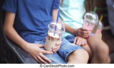 chłopiec, powolny, posiedzenie, 4k., ręka., motion., ława, nastolatek, dzierżawa, świeży, dziewczyna, smoothies, okulary