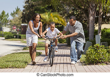 chłopiec, rodzina, &, amerykanka, rower, rodzice, afrykanin, jeżdżenie, szczęśliwy