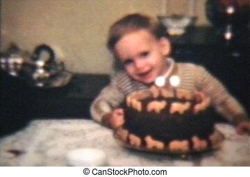 chłopiec, sapie, poza, świece, na, ciastko