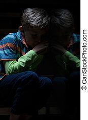 chłopiec, schody, przestraszony, posiedzenie