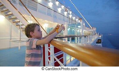 chłopiec, stoi, na ustrojeniu, od, statek rejsu