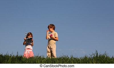 chłopiec, stoi, siostra, mały, clapperboard, stuknięcie,...