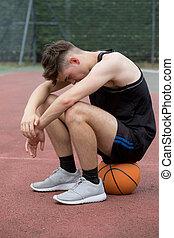 chłopiec, teenage, basketball dziedziniec, posiedzenie, smutny, patrząc