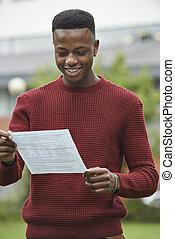 chłopiec, teenage, dobry, egzamin wynika, zadowolony