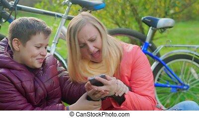 chłopiec, teenage, jego, posiedzenie, zależność, smartphones., trawa, mother.