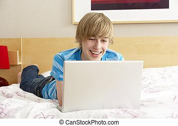 chłopiec, teenage, laptop, używając, sypialnia