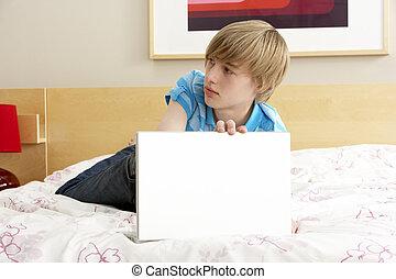 chłopiec, teenage, laptop, winny, sypialnia, używając