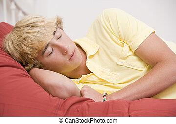 chłopiec, teenage, leżący, łóżko