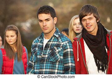 chłopiec, teenage, na wolnym powietrzu, otoczony, jesień, przyjaciele, krajobraz