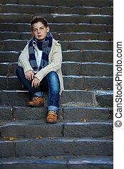 chłopiec, teenage, na wolnym powietrzu, pozować, kamień, smutny, schody