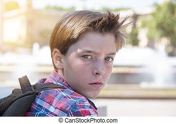 chłopiec, teenage, plecak, gniewny, portret