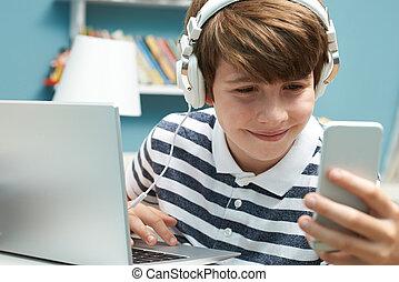 chłopiec, teenage, technologia, używając, sypialnia