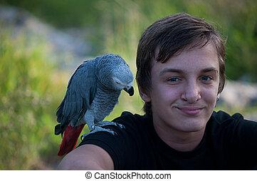 chłopiec, uśmiechanie się, papuga, portret