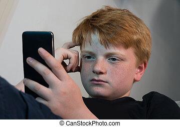 chłopiec, używając, cellphone