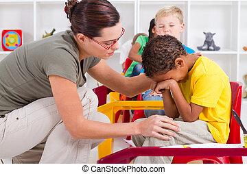 chłopiec, utulając, nauczyciel, płacz