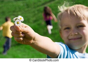 chłopiec, z, kwiaty