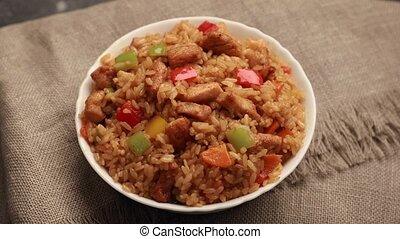 chahan, arroz frito, con, pollo, gira, en, tabla
