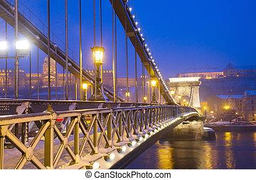 Chain Bridge (Szechenyi lanchid) at night, Budapest, Hungary