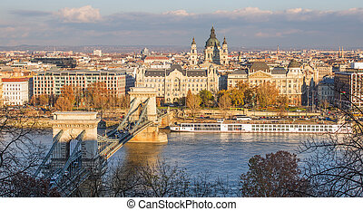 Chain Bridge in Budapest during sunrise.