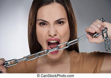 chain., mulher, corrente, jovem, isolado, cinzento, olhar, enquanto, câmera, segurando, agressivo