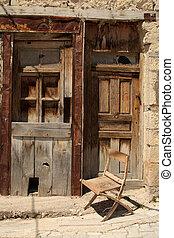 chaise bois, devant, une, vieux, porte