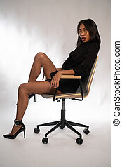 chaise, gris, asiatique, jeune, séduisant, lumière, séance, affaires femme, sur, bureau, mur