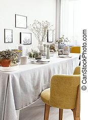 chaise jaune, table, à, vaisselle, dans, clair, salle manger, intérieur, à, fleurs, et, posters., vrai, photo
