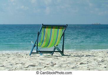 chaises rev tement pelouse petite maison lac tard photos de stock rechercher des. Black Bedroom Furniture Sets. Home Design Ideas
