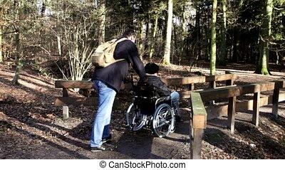 chaise roue, vieil homme