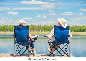 chaises, couple, dos, lac, quai bois, relâche, vue