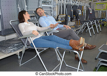 chaises, couple, essayer, magasin, camping