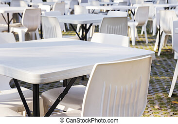 chaises, tables, blanc