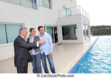 chalet, inmobiliario, visitar, pareja, agente, lujo